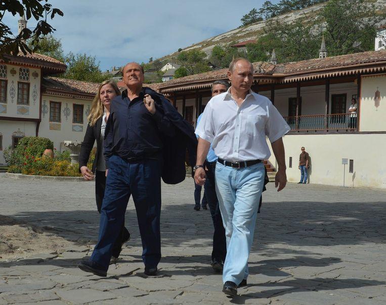 De Russische president Poetin en de Italiaanse oud-premier Berlusconi op de Krim. Beeld epa