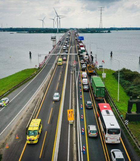 File, ultrasmalle rijstrook en onbegrijpelijk verkeersbord op Haringvlietbrug: 'We zijn gefopt'