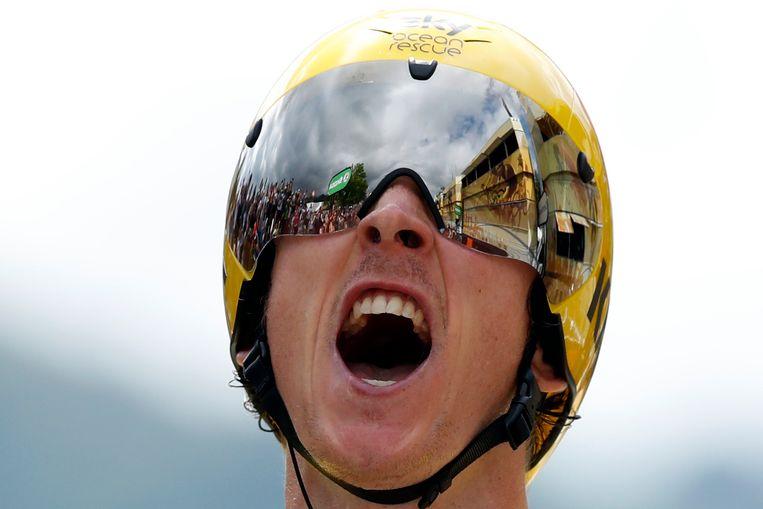 Geraint Thomas komt juichend over de streep in de voorlaatste etappe. Beeld AP
