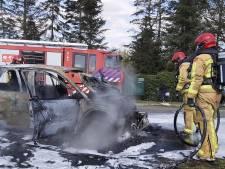 Auto brandt volledig uit in Budel
