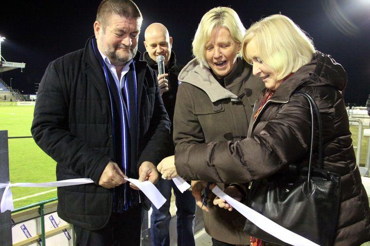 Voorzitter Fons Backx, schepen van Sport Nadine Laeremans en burgemeester Vera Celis hebben officieel de nieuwe zittribune ingehuldigd.
