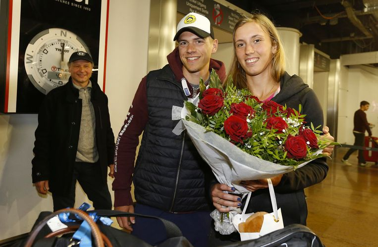 Elilse Mertens, hier samen met haar vriend en coach en haar vader, werd zaterdag warm onthaald bij haar thuiskomst van de Australian Open. Beeld BELGA