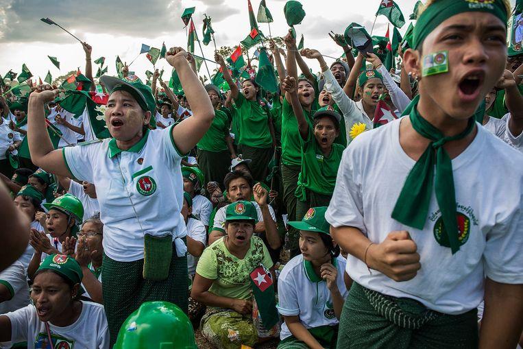 Supporters van Union Solidarity and Development Party nemen deel aan bijeenkomst voor de verkiezingen op zondag 6 november 2015 in Yangon, Burma. Beeld Lam Yik Fei