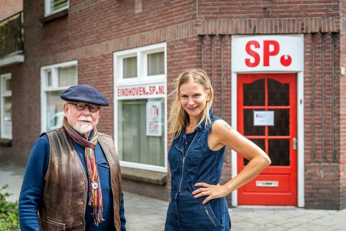 Zjak Hofman en Sylvie van Dijk voor het kantoor van de SP in de Eindhovense wijk Tongelre.