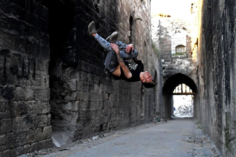 a Syrian youth practices parkour in Aleppo, northern Syria, on April 7, 2018. / AFP PHOTO / George OURFALIAN Beeld AFP