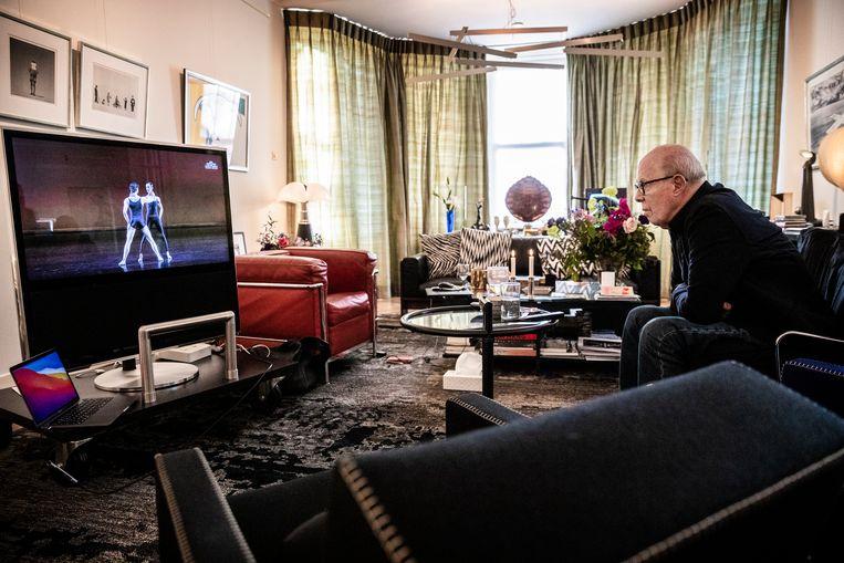 Thuis bij choreograaf Hans van Manen kijken naar zijn ballet: 'Tak, pang, en zwaaien. Ja, geweldig!' - Volkskrant