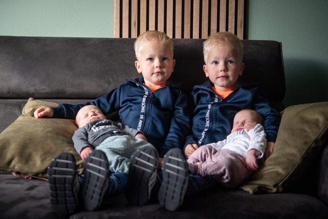 Van links naar rechts: baby Jax, Lewis (3), Owen (3) en baby Liva.