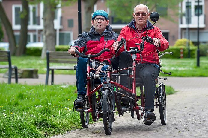Etten Leur Pix4Profs / Marina Popova.  Vrijwilliger/instructeur Leander Rensen (rechts) begeleidt zijn passagier Harrie van Workum op de duofiets in Etten-Leur.