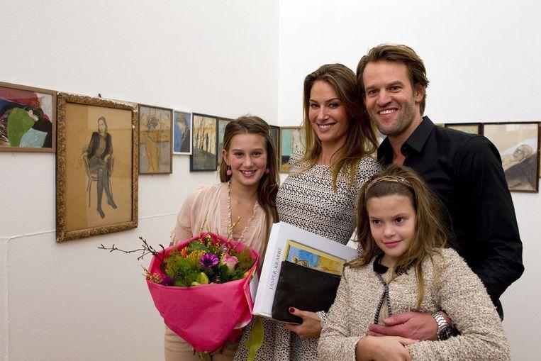 Jasper Krabbé me zijn vrouw Floor Claus en hun dochters. Beeld