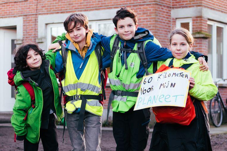 'Klimaatpelgrims' Finn (9), Gust (12), Maxime (12) en Lucie (11)  wandelen van Gent naar Brussel, 60 kilometer in 3 dagen. Beeld Damon De Backer