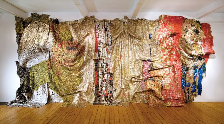 El Anatsui, In the World But Don't Know the World, 2009. Beeld El Anatsui