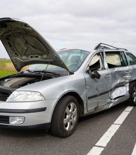Vrachtwagen ramt personenauto tussen Hasselt in Zwartsluis: weg enige tijd dicht