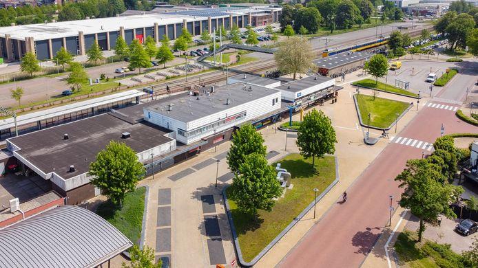 Het huidige stationsgebouw in Steenwijk gaat de komende jaren flink op de schop. Er worden diverse plannen bekeken voor de omgeving, onder andere een hotel.
