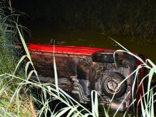 Auto te water in buitengebied van Den Ham