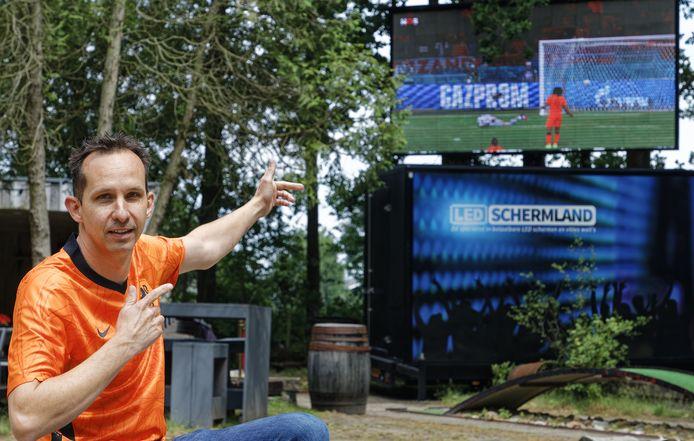 Horeca-uitbater Bas van Hulten speelt in op de oranjekoorts. Voetbalsupporters kunnen het EK-duel van zondag bekijken op groot scherm bij het Honderd Bunderbos in Drunen.