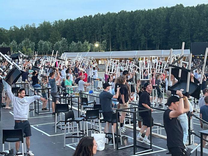 Iedereen stak tafels en stoelen in de lucht.