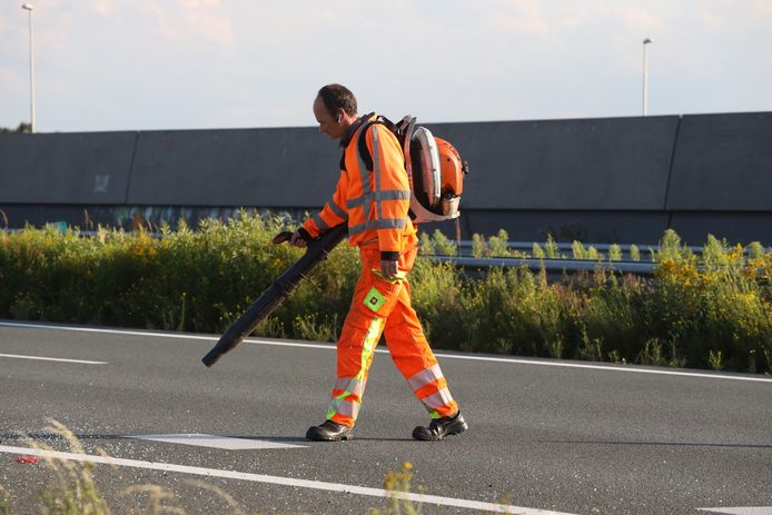Schoonmaakploeg maakt vluchtstrook schoon na ongeluk op A50 bij Veghel.