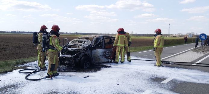 De brandweer bluste de wagen met water en schuim.