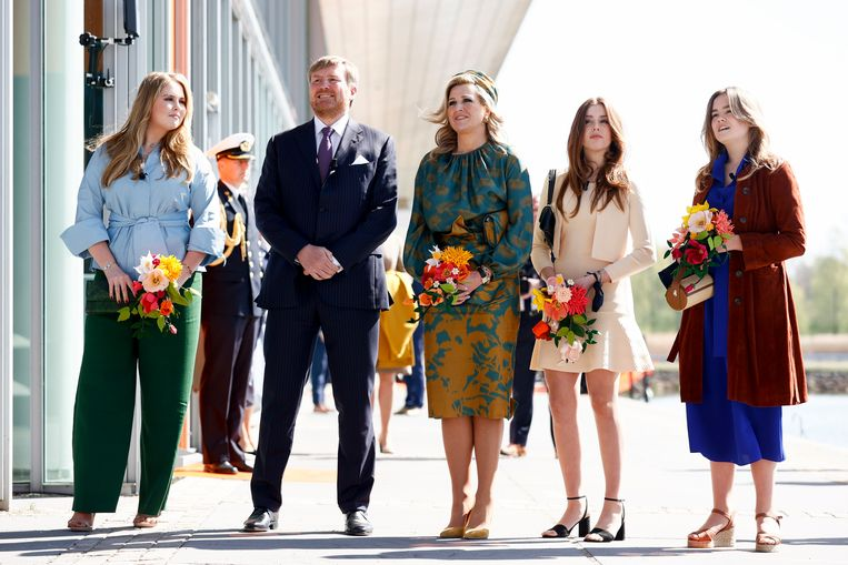 Koning Willem-Alexander, koningin Máxima en hun dochters prinses Amalia, prinses Alexia en prinses Ariane tijdens Koningsdag 2021 op de High Tech Campus in Eindhoven.  Beeld Brunopress
