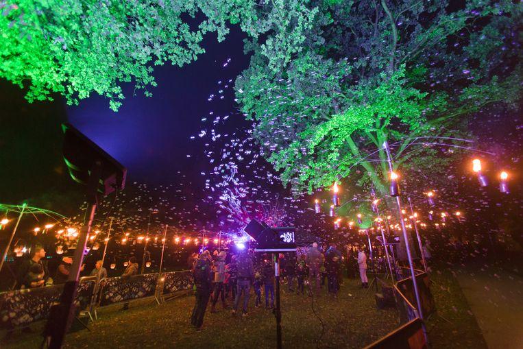 Er hing een sprookjesachtige sfeer in het verlichte stadspark Molenvijvers.