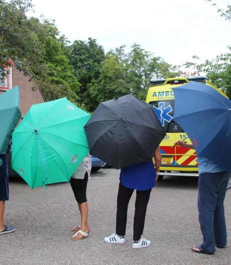 Omstanders weren pottenkijkers medisch noodgeval met paraplu's