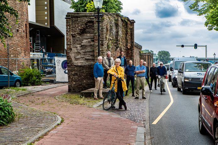 Een deel van de bezwaarmakers, eerder deze zomer. Links hoe het fietspad lag, rechts de (tijdelijke) situatie met fietsers op de Welle. De gemeente wil daar een definitieve, volwaardige fietsstrook aanleggen