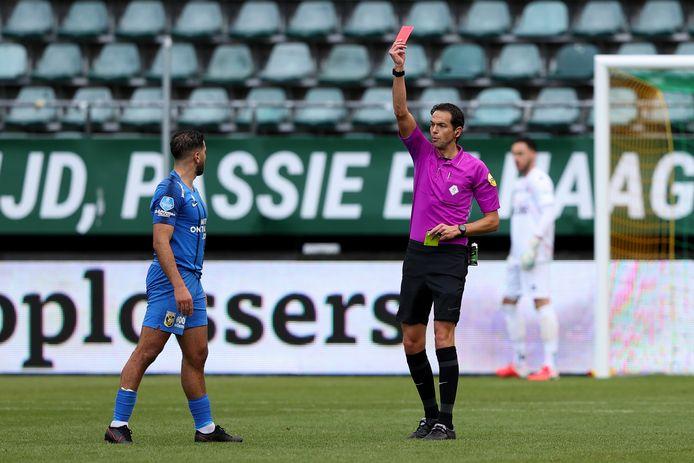 Oussama Tannane ontvangt de rode kaart van scheidsrechter Richard Martens.