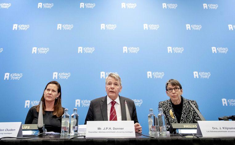 Voorzitter Piet Hein Donner presenteert met zijn collega's Willemien den Ouden en Jetta Klijnsma het eindrapport van hun adviescommissie uitvoering toeslagen. Beeld ANP