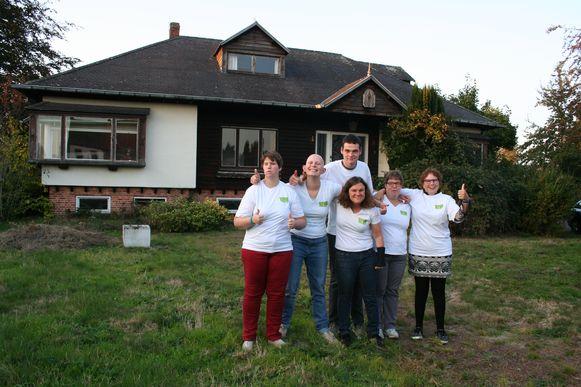 De bewoners van 'Villa Vief' op het terrein waar hun toekomstige thuis wordt gebouwd.
