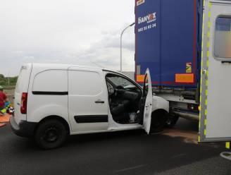 Bestuurder bestelwagen zwaar gewond na ongeval op E17