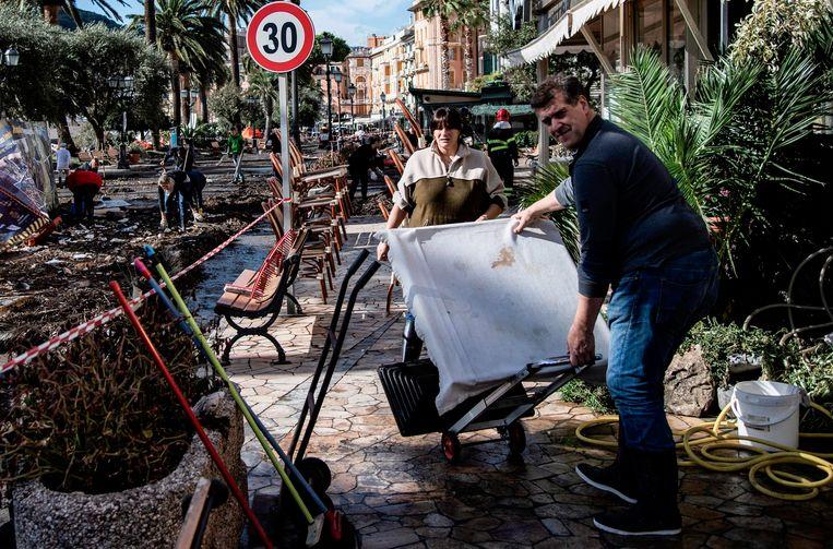 De zwaar gehavende straatjes en terrassen rond de haven. Beeld AFP