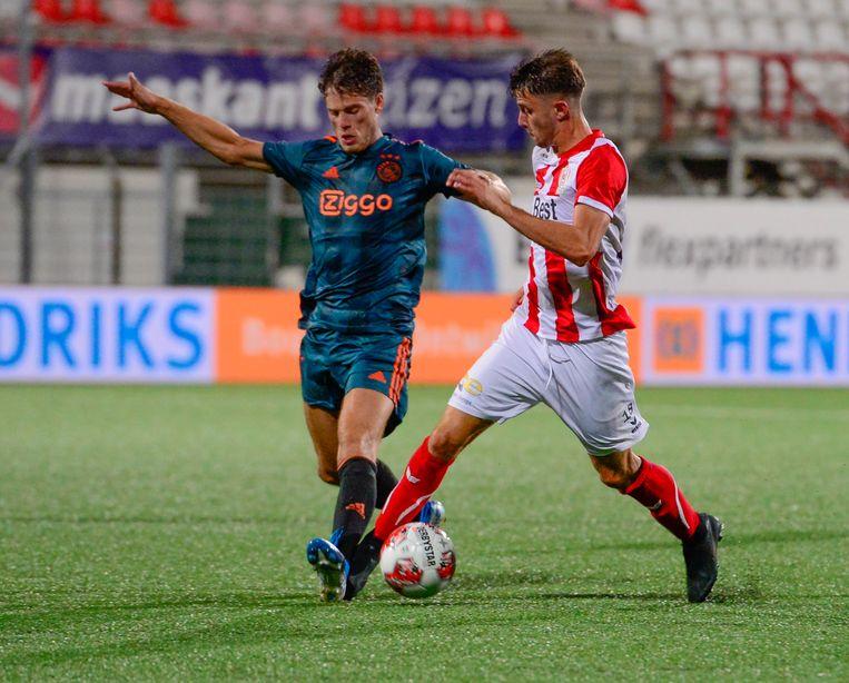 Jong Ajax-debutant Kik Pierie in duel met Giovanni Buttner (TOPP Oss).  Beeld BSR Agency