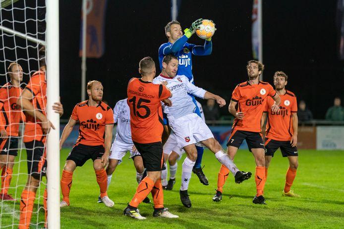 Jeroen Wels grijpt in voordat Rob Vonk gevaarlijk kan worden in de laatste Betuwse eerste klasse-derby tussen De Bataven en SC Bemmel.