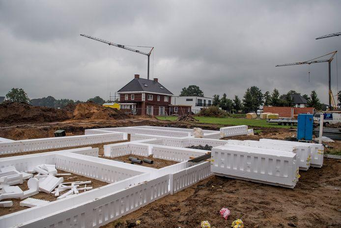 Woningbouwwerkzaamheden in de nieuwbouwwijk Almelo Noordoost.