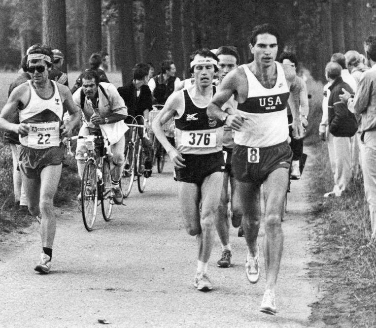 'De Amerikaan Barney Klecker had vooraf gezegd dat hij het wereldrecord zou verbreken, maar ik was gewoon de beste.' (Foto: Jean-Paul Praet achter Barney Klecker.) Beeld Humo