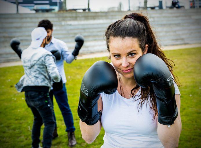 Fleur van der Pols geeft boksles in het Zuiderpark aan vluchtelingen.
