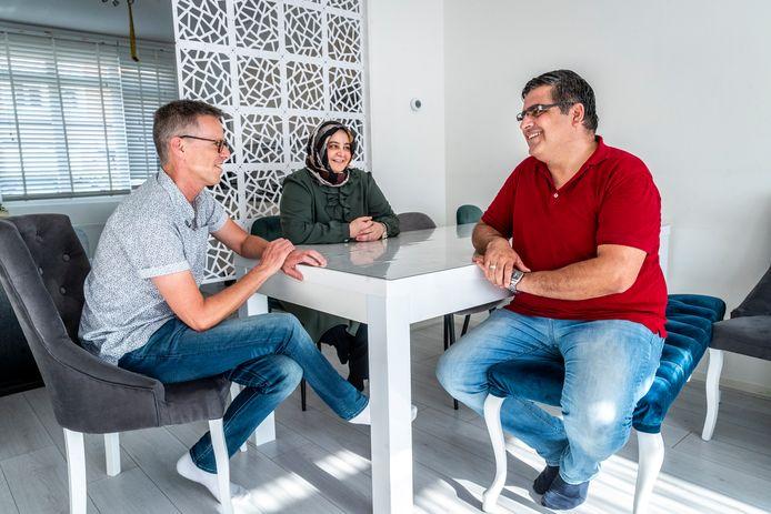 Ronald Zijlstra (links) helpt Tulay (midden) en Yavuz met het leren van de Nederlandse taal.