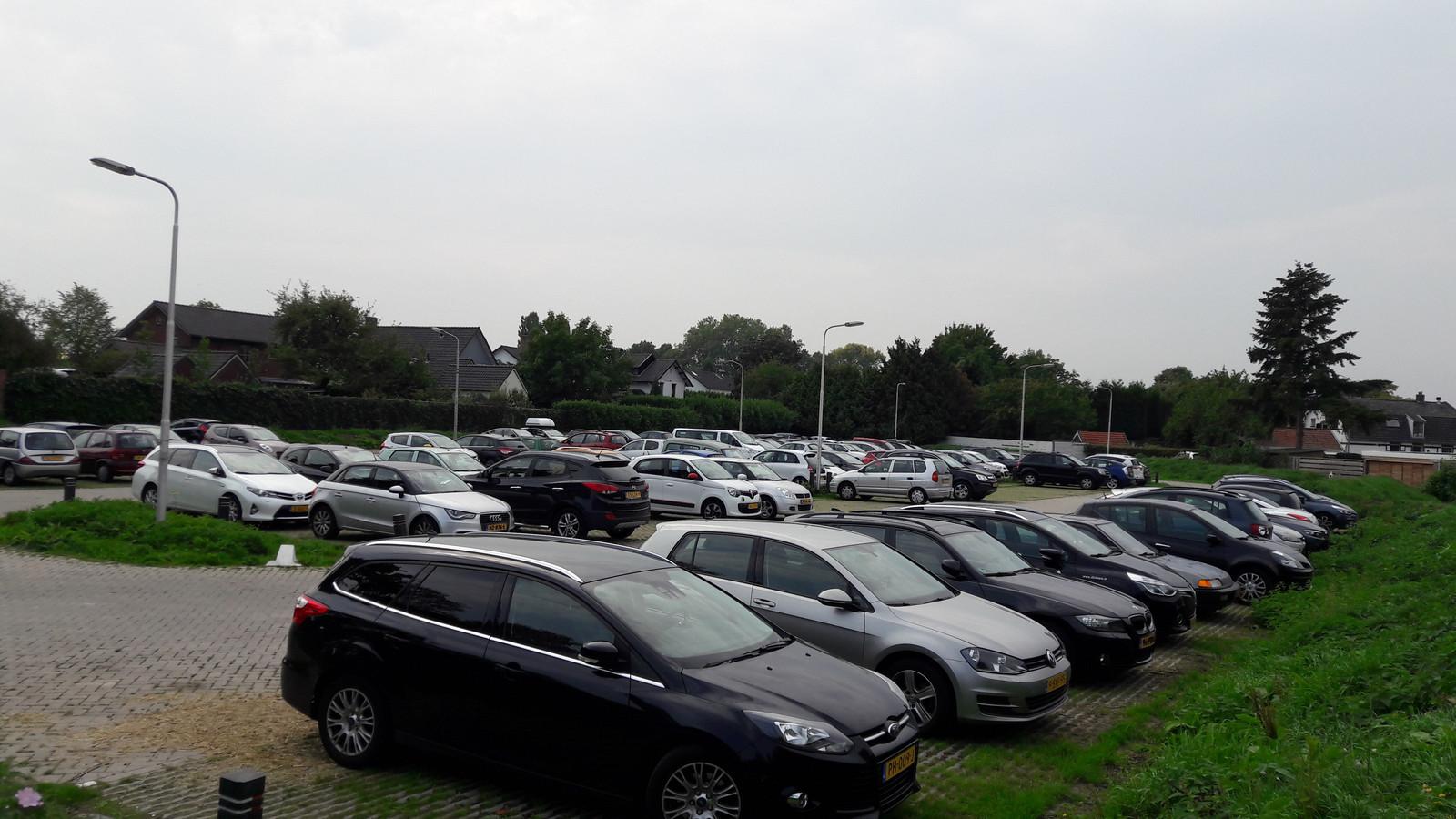 Het Land van Tap, pal achter de Dorpsstraat in Elst, is duidelijk populair bij mensen die het winkelhart van Elst met de auto bezoeken.