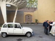 Paus Franciscus gaat in een Renault 4 rijden