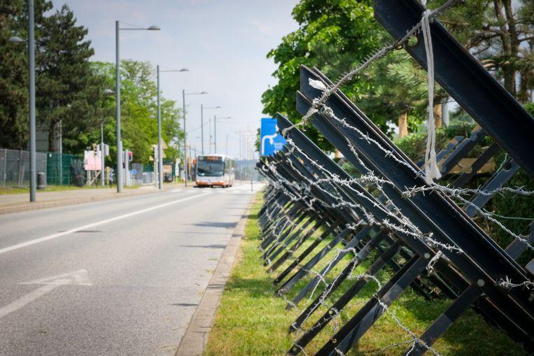Voorbereidingen worden getroffen voor de komst van Joe Biden, in de buurt van het NAVO gebouw. Beeld Marc Baert