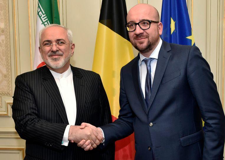 Archiefbeeld van premier Charles Michel (MR) die de Iraanse minister van Buitenlandse Zaken Javad Zarif de hand schudt in 2016. Beeld Photo News