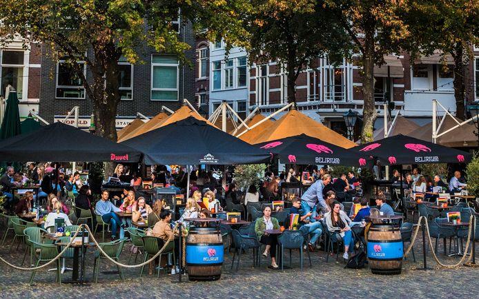 Gezellige drukte op het Plein. Komen er volgende week extra coronamaatregelen bij voor Den Haag?