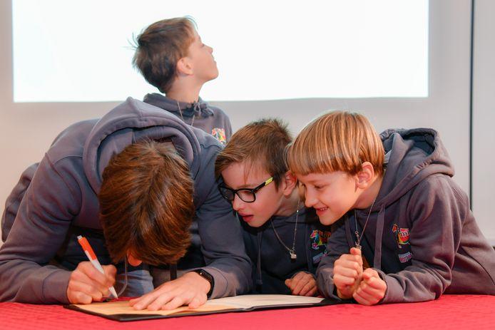 De broers ondertekenen de erecode en beloven daarmee ze waardige Vier Heemskinderen zullen zijn.