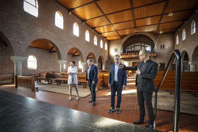 Brigitte Holtschlag, Arjan Lucas, Léon Lucas en pastoor Casper Pikkemaat (vanaf links) woensdagochtend bij de formele overdracht van het kerkgebouw.