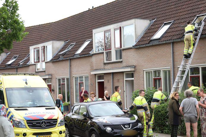 De brandweer moest met een ladder een woning aan de Hoogestraat in Tiel betreden om de deur open te kunnen doen voor  ambulancemedewerkers.