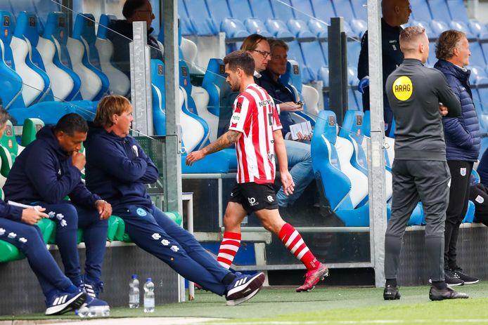 Mica Pinto verlaat het veld na de rode kaart tegen PEC Zwolle.