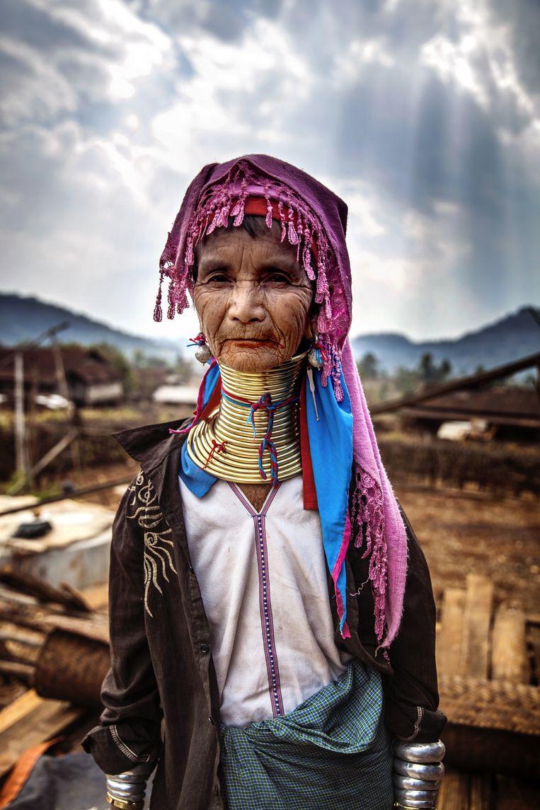 90-plusser Mu Ywant van het Padaungvolk heet bezoekers welkom in haar dorp Pan Pet. Beeld Aurelie Geurts
