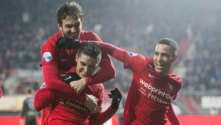 Bruno Uvini en Zakaria el Azzouzi feliciteren FC Twente-aanvoerder Felipe Gutierrez met zijn doelpunt. Beeld photo_news