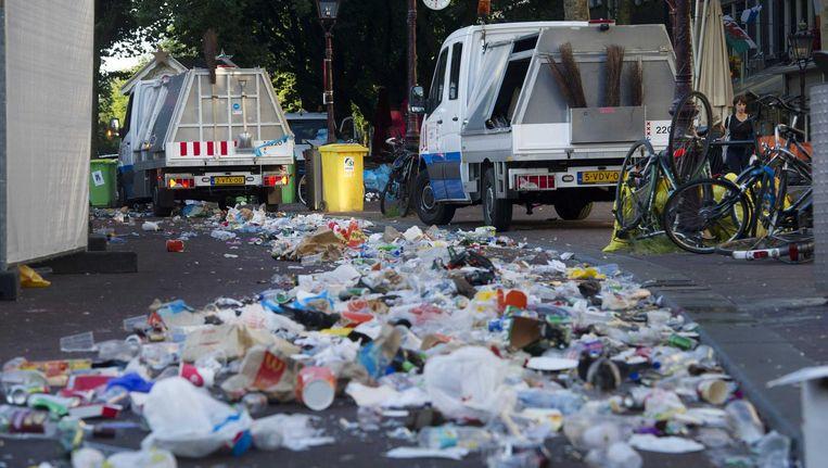 Een dag na de Canal Parade wordt het Rembrandtplein schoongemaakt Beeld ANP