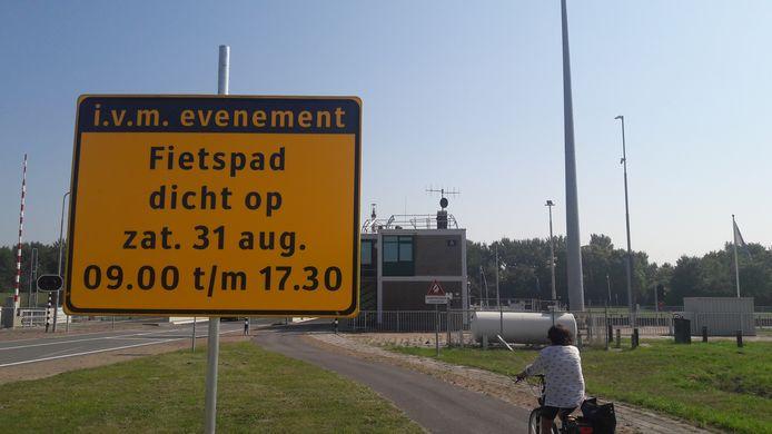 Fieters mogen zelfs niet over de noordelijke brug van de Oostsluis.